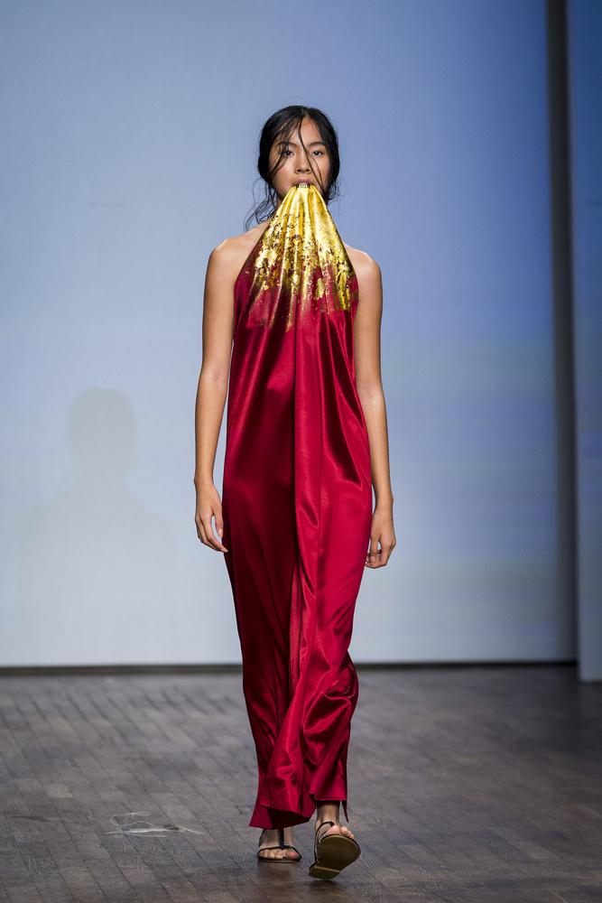 Ő viszont aranyfogsorral aranycsillámot okád, és azt viseli