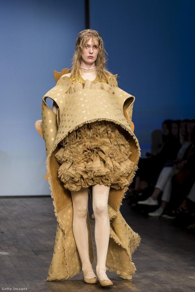 Erről a ruháról valami borzasztó hasüregi betegség jut az eszünkbe.