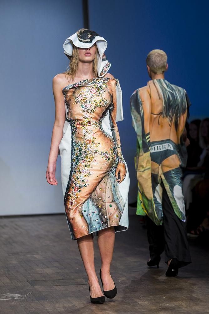 Íme még egy fotó ugyanerről a divatbemutatóról, ami a stockholmi divathét része volt, és amin a svéd textilszakos hallgatók munkáit mutatták be