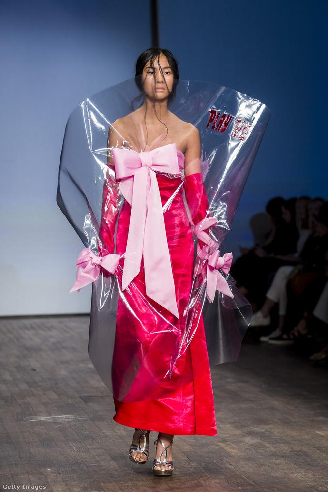 Kellemesebb téma: ez a hallgató egy csokor virágnak öltöztette be a modelljét.