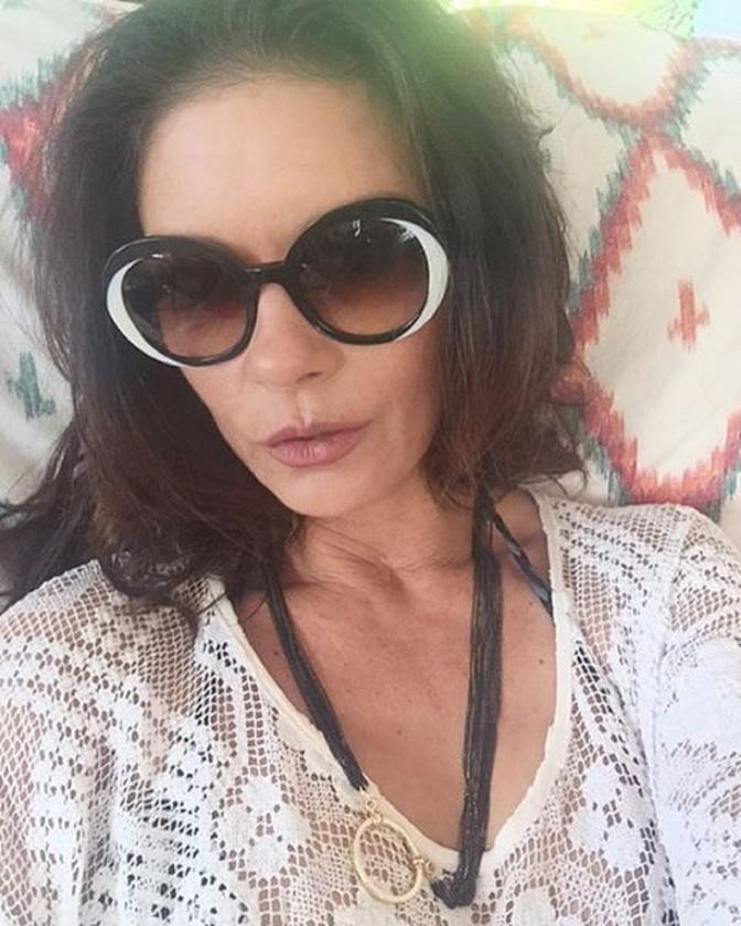 És a 46 éves színésznő legfrissebb képén sem