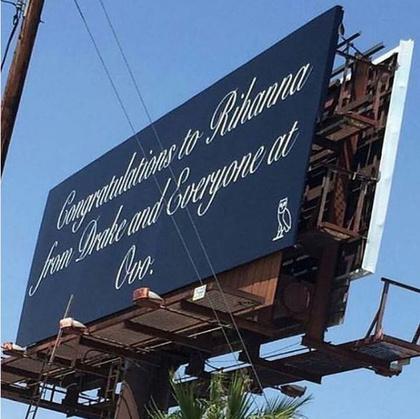 Rihanna posztolta később az Instagramján: a férfi egy óriási hirdetőtáblán gratulált a díjához.
