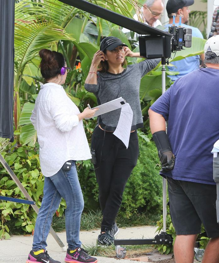 Eva Longoria azért öltözött játszósba, mert épp nem a kamera előtt, hanem mögötte áll, ugyanis most nem színészőként, hanem rendezőként dolgozik a Jane the Virgin c