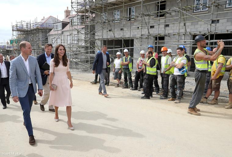 Meglátogattak minden nevezetességet, többek között egy építkezést is, ahol a szélső munkás komolyan vette a látogatást