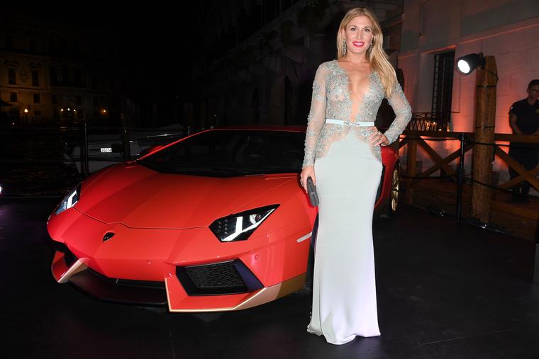 Hofit Golan egy izraeli celeb, és egy Lamborghini mellett bulizott az este