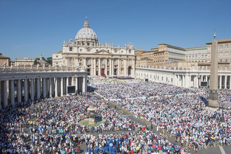 A múlt vasárnap pedig ennyien voltak jelen Rómában Teréz anya szentté avatásán.