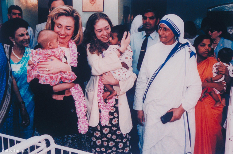 Férje elnöksége idején Hillary Clinton szintén felkereste Teréz anyát Kalkuttában, ott volt lánya, Chelsea is.