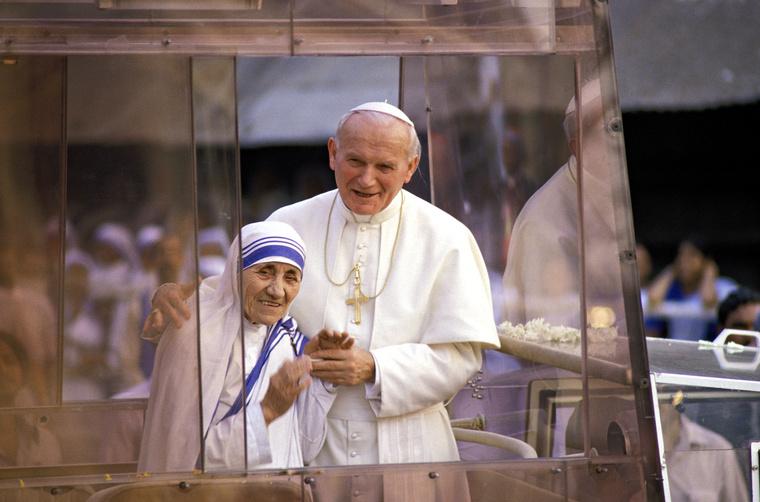 Így utazott Teréz anya a pápamobilban 1986-ban Kalkuttában.