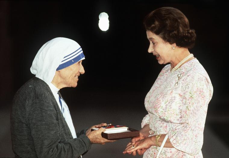 Rengeteg híresség fényképezkedett Teréz anyával az évek során, itt például II