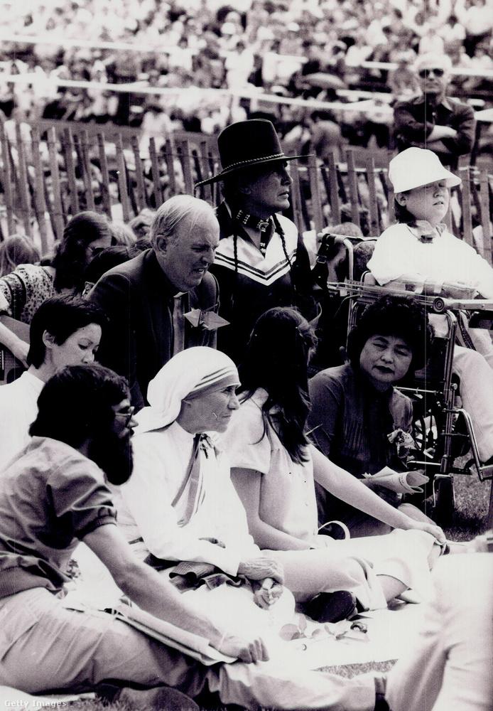 A '70-es és '80-as években már világszerte hatalmas tömegeket vonzott Teréz anya személye