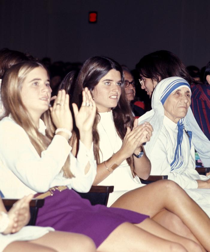 Még egy Kennedy látható ezen a képen, Kara Kennedy, de érdekesebb, hogy középen Maria Shriver látható, aki később Arnold Schwarzenegger feleségeként lett híres, és rengeteget szerepelt a hírekben mostanság a különválás kapcsán.