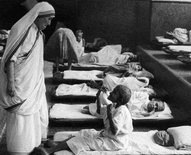 Teréz anya a '40-es években kezdett a legszegényebbekkel és haldoklókkal foglalkozni Indiában, a Szeretet Misszionáriusai nevű rendet 1950-ben alapította