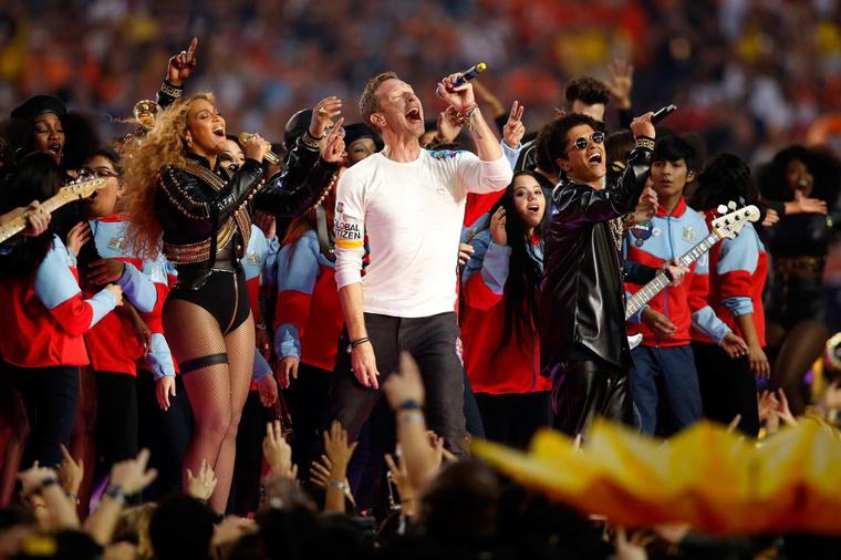 Az idei Super Bowl félidei műsorában Bruno Marssal és a Coldplay énekesével, Chris Martinnal nyújtottak emlékezetes produkciót, itt megnézheti az elejétől a végéig