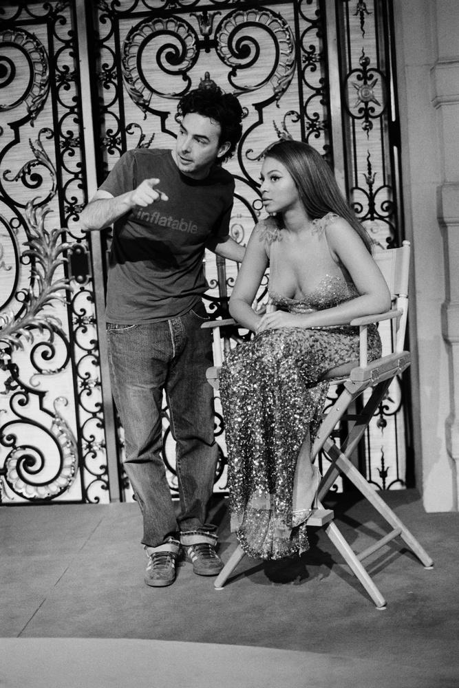 Az éneklés mellett színésznőként is kipróbálta magát, itt a Rózsaszín Párduc című film forgatásán látható Shawn Levy rendezővel