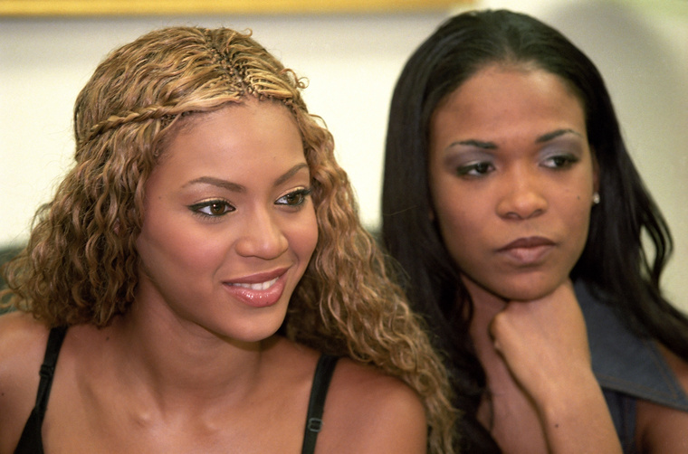 Az énekesnő Kelly Rowlanddal, a Destiny's Child egykori tagjával, még 2000-ben.
