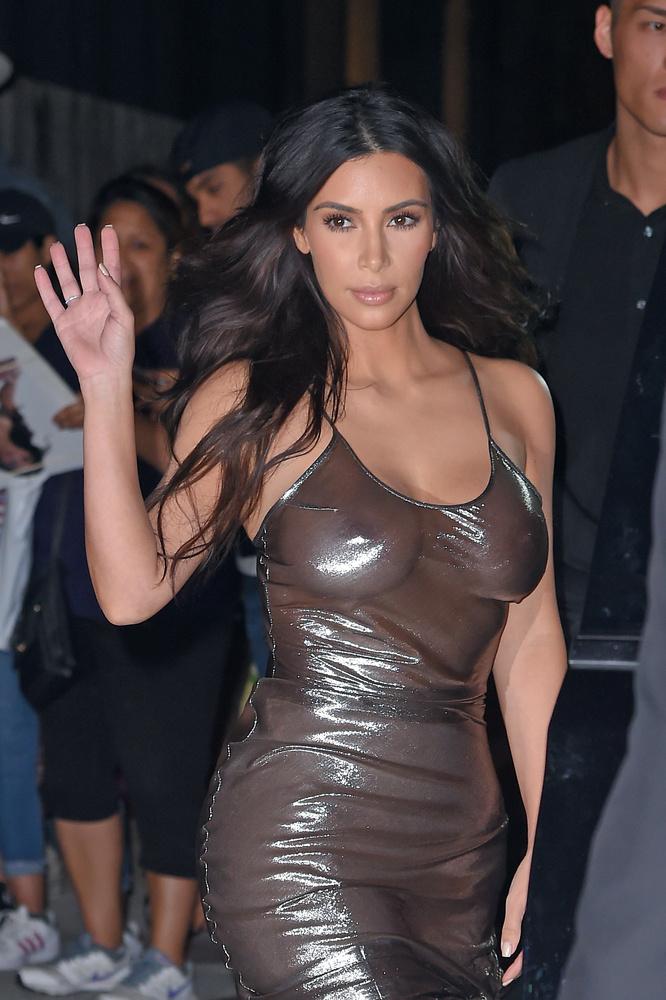 Hogy Kim Kardashian ezta  ruhát honnan szedte, az egyelőre nem derült ki.