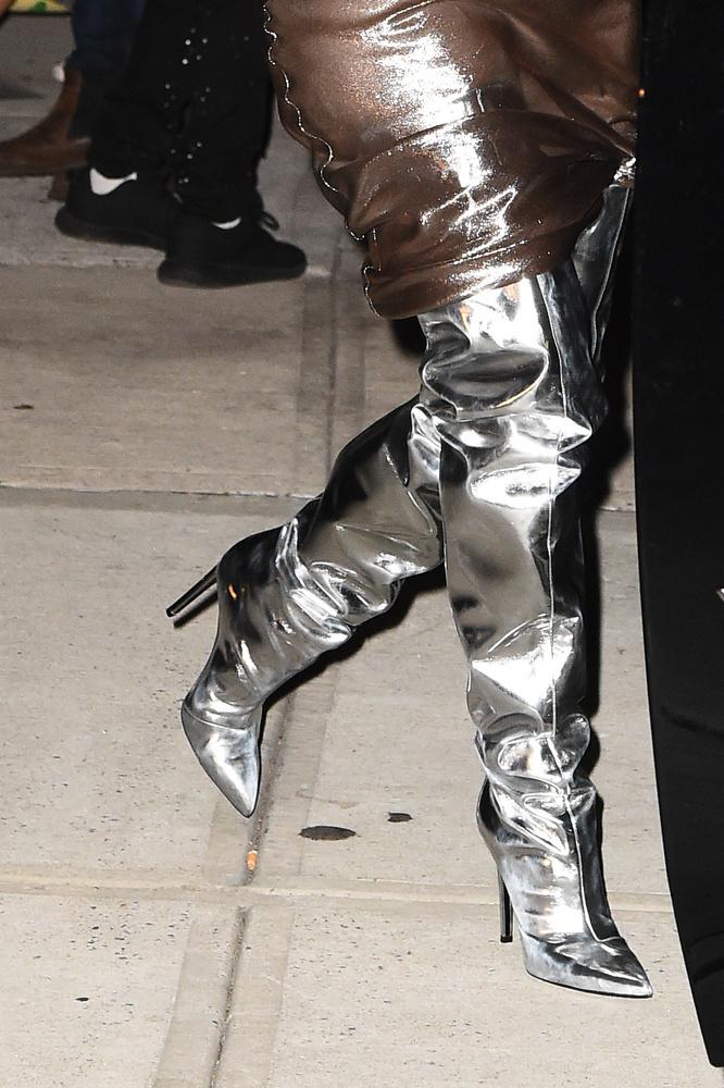Az űrszemeteszsákhoz a celebnő egy stílusban passzoló űrcowboy-csizmát is választott, hogy tényleg tökéletes legyen az összhatás.