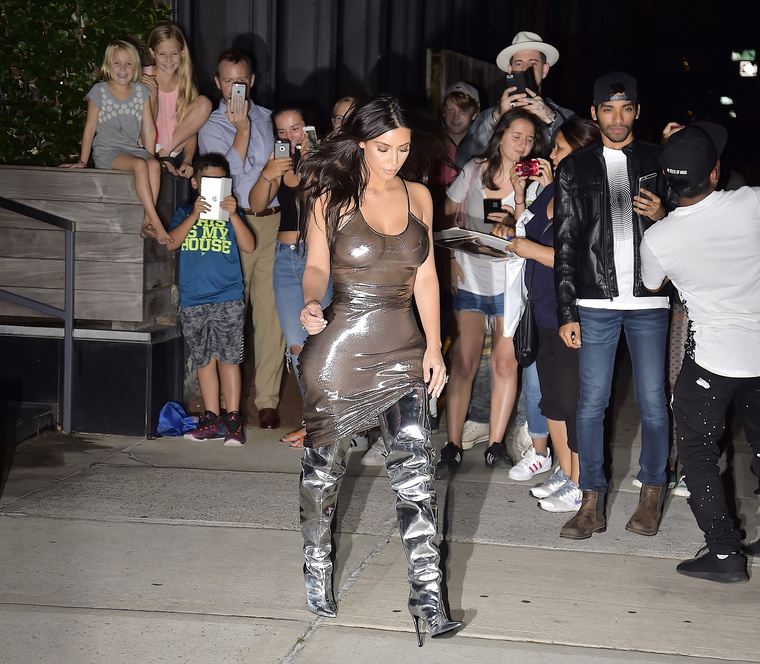 Kim Kardashian New Yorkban járt, ahol úgy gondolta, az esti sétához a legmegfelelőbb öltözék egy fényes szemeteszsák lesz.