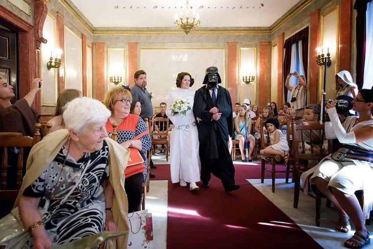A menyasszony, Leia hercegnő így vonult be a házasságkötésre.