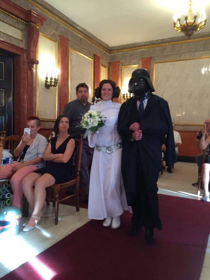 Természetesen édesapja, Darth Vader karján érkezett.