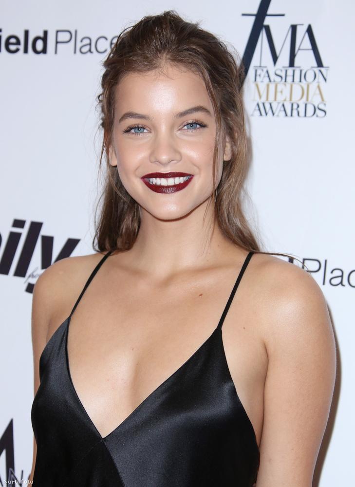 Tök egyszerű, fekete szaténruhában vett részt a Fashion Media Awards-on