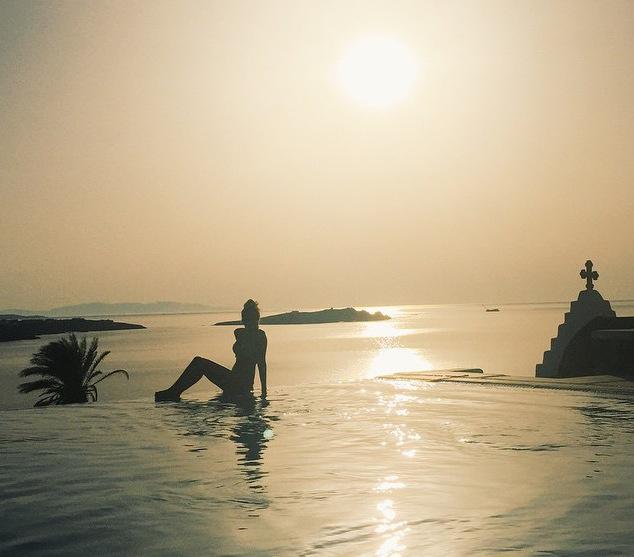 A híres vlogger Zoella Görögországban ült le egy tökéletes képeslapfotóra