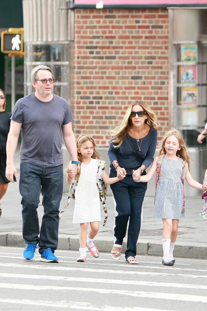 Egy szép keddi napon Sarah Jessica Parker és a férje, Matthew Broderick kézen fogták a lányokat New Yorkban, és elmentek az iskolába