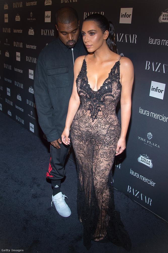 A férje, Kanye West által elkísért Kim Kardashian fekete csipkefüggönynek öltözött...