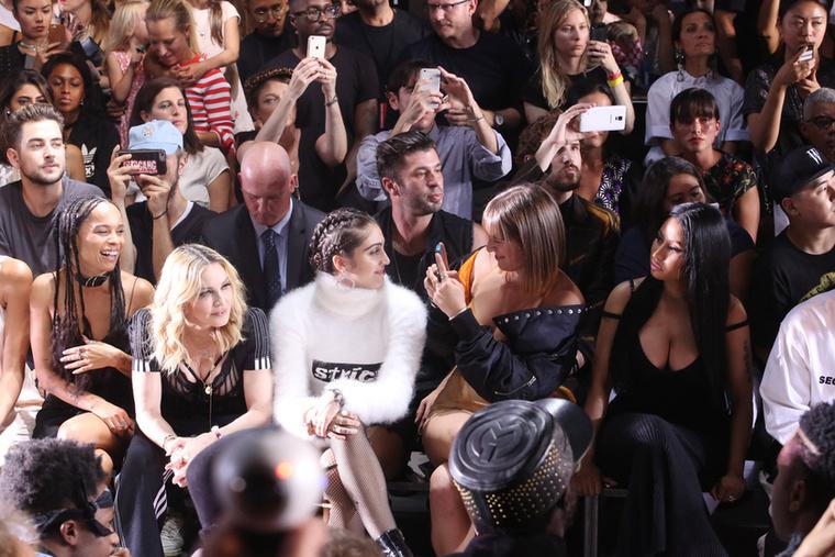 valamint Zoe Kravitz, Kylie Jenner és Tyga is (aki fehér pulcsiban ül a jobb szélen, csak nem fért rá a képre)