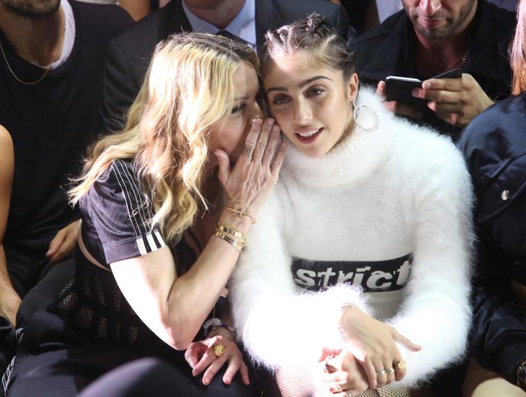 Hol Lourdes Leon súgott valamit Madonna fülébe, hol pedig fordítva.
