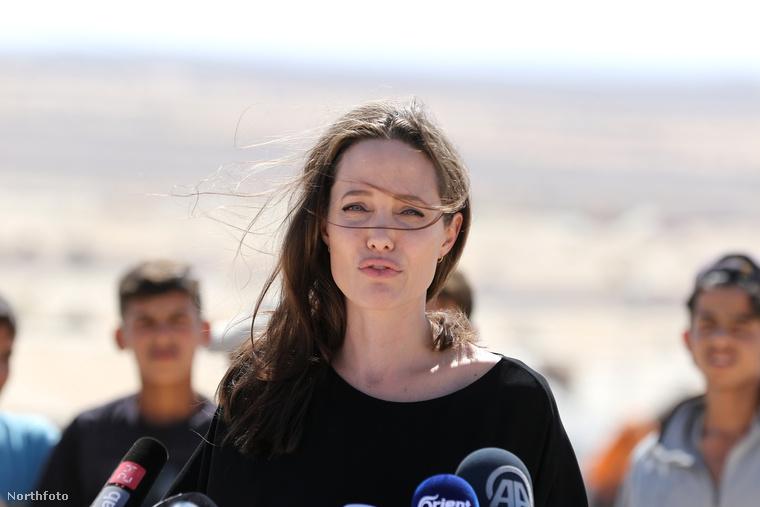 Angelina Jolie jótékonykodó oldala akkor mutatkozott meg először, amikor Kambodzsában forgatta a Tomb Raidert