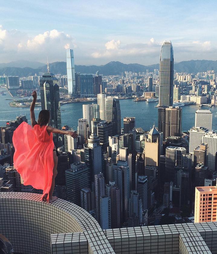 Ha mindez nem lenne kellően veszélyes, arról híres, hogy gyakorta miniszoknyában és magassarkúban küzdi fel magát az épületek tetejére.