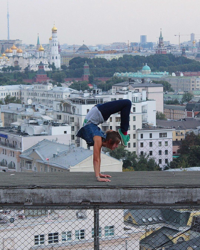 hol pedig jóga gyakorlatokat végez.