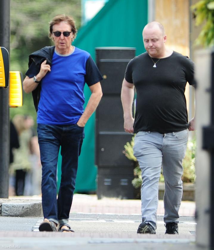 A két McCartney egyébként Londonban sétálgatott egy közösen eltöltött, kései reggeli után.
