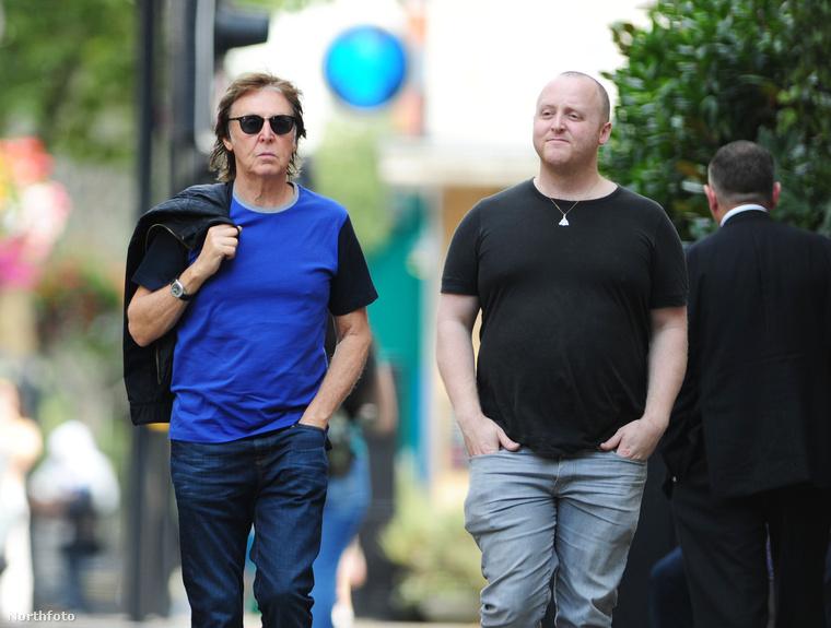 Apa és fia közt egyébként 35 év különbség van, ami sajnos vagy nem sajnos, de alig látszik - nehéz megmondani, hogy azért, mert Paul McCartney túl jól tartja magát, vagy azért, mert a fia van rossz állapotban.