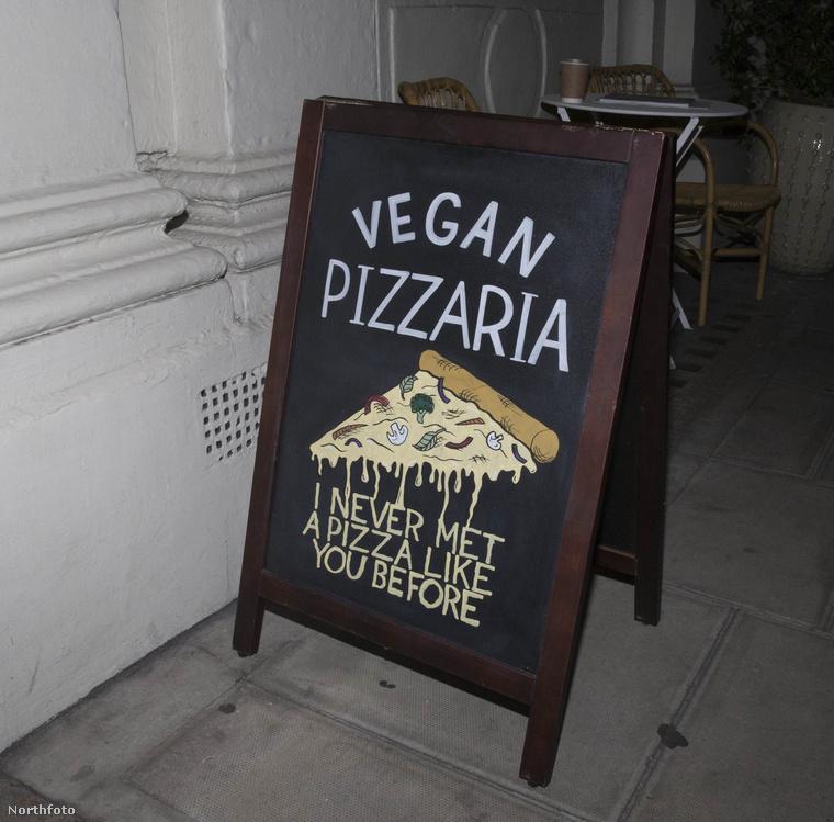 A vacsorát egyébként egy vegán pizzériában fogyasztották el, ami nem hangzik túl boldogan, de Madonna így étkezik, szóval ezen nincs mit csodálkozni.