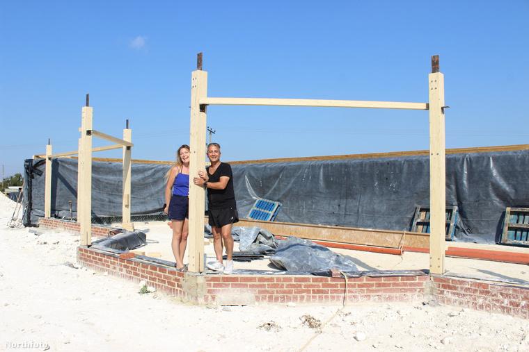 Heidi és Sav Pavlou álma mindig is egy földből épített környezetbarát ház volt, most jutottak odáig, hogy önerőből, barátaik és két kezük segítségével fel is építsék azt.
