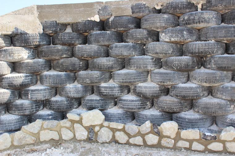 A ház lényegi része végülis már áll: 800 használt gumit használtak fel hozzá