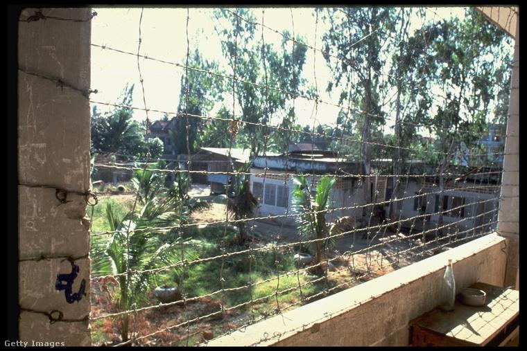 A vörös khmerek központi börtöneként szolgáló intézményben több mint tízezer embert kínoztak meg 1976 és 1979 között, és mindössze heten élték túl bebörtönzésüket