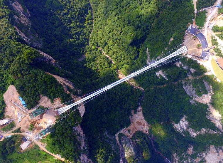 """Tavaly már átadtak Kínában egy 274 méter hosszú üvegpadlós függőhidat is, amely a beszédes  a """"Bátor ember hídja"""" nevet viseli"""