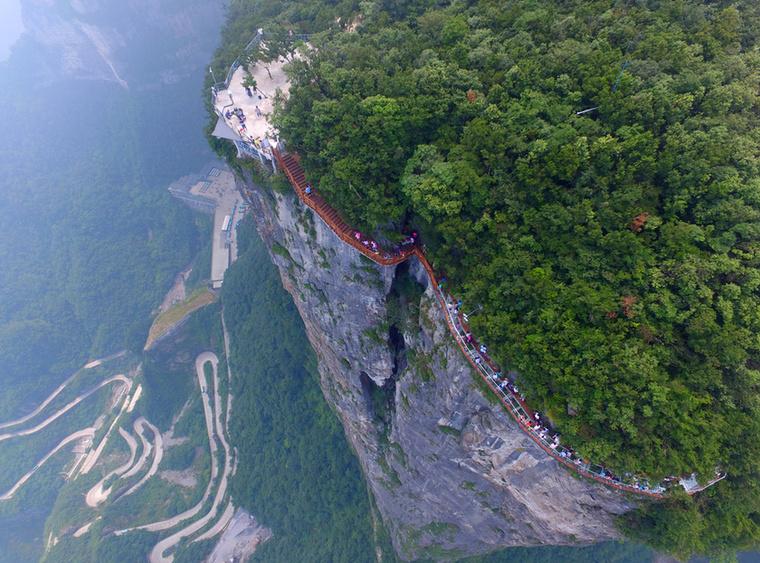 Idén agusztusban nyitották meg a kínai nagyközönségnek a Zhangjiajie Nemzeti Parkban található, üvegből készült Skywalkot is, ami valójában egy sziklára rögzített kilátó híd