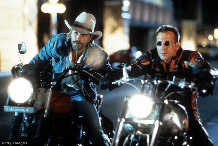 Nem úgy, mint a Harley Davidson és Marlboro Man, amit csak a pénzért vállalt el.                         Amúgy a Ponyvaregényben is szerepelt volna, de visszautasította a szerepet, amit aztán Bruce Willis kapott meg.