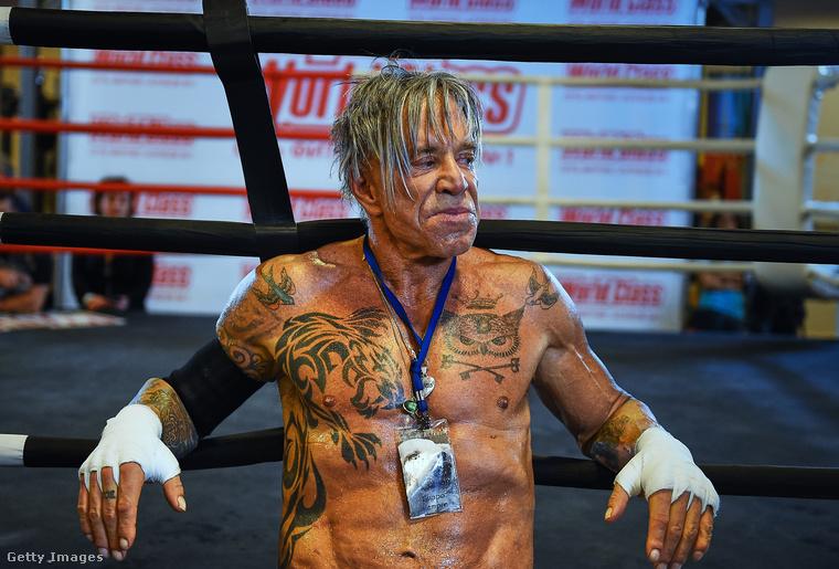 Bezzeg a ringben...2014-ben megint visszatért, 62 évesen, 20 év kihagyás után egy orosz gálán legyőzte 29 éves ellenfelét.
