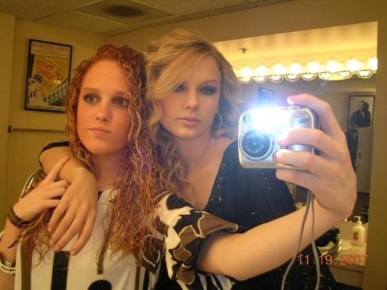 A tipikus digitális kamerás, tükörben vakuzós, barátnős fotó