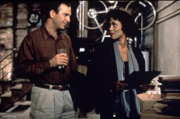 Whitney Houston bár leginkább énekesnő volt, szerepelt néhűny filmben is, köztük a Több, mint testőrben, Kevin Costner mellett