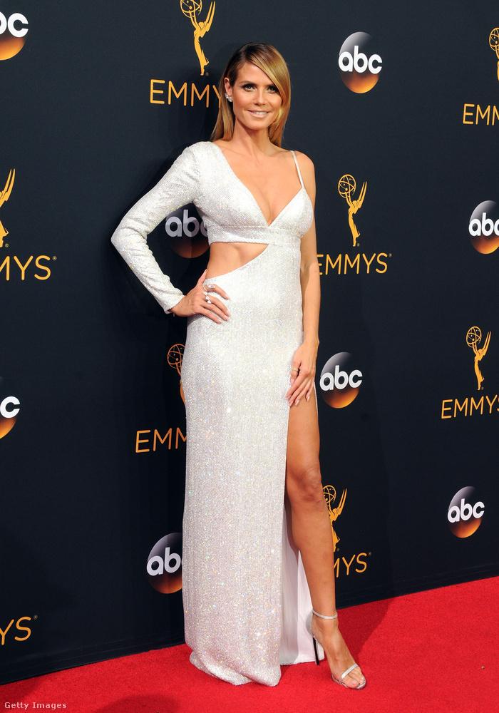 Heidi Klum amit csak tudott, kilógatott ruhájából...