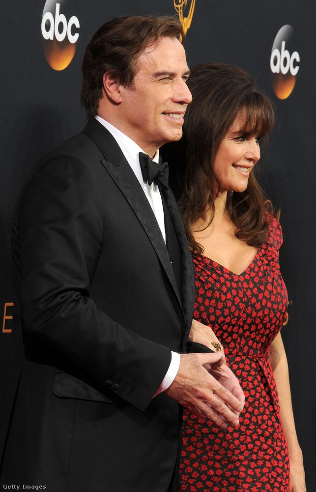 Az erősen feltételezhető arcplasztikánál persze sokkal fontosabb Travolta kéztartása...
