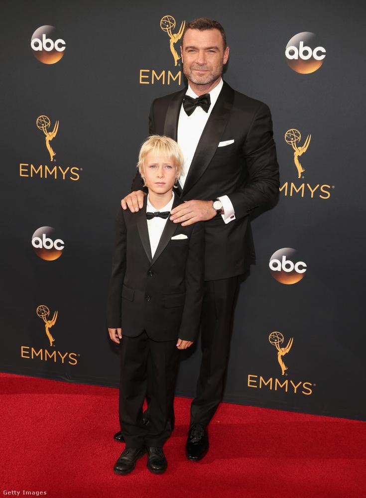 Liev Schreiber pedig úgy döntött, ideje egy kis cukiságot is vinni a vörös szőnyegre, méghozzá fia személyében.
