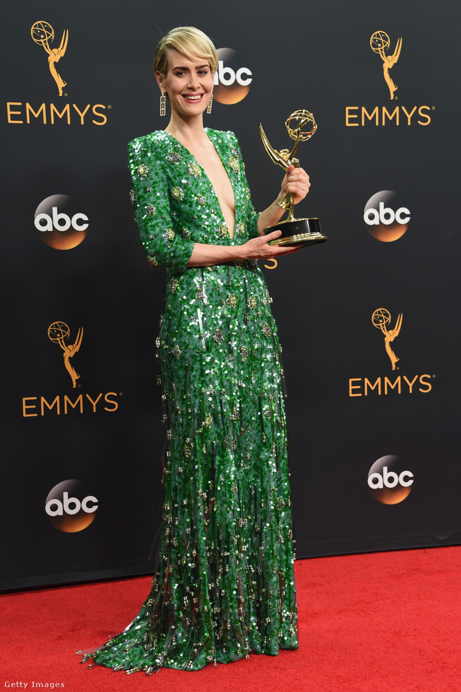 ...hanem a gyönyörű moszatnak öltözött Sarah Paulson is, aki díjat kapott az O.J