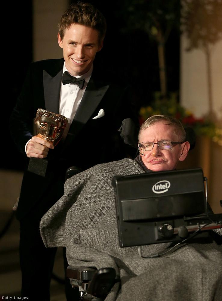 Eddie Redmayne annyira meggyőzően alakította az elméleti fizikus Stephen Hawkingot A mindenség elméletében, hogy meg is nyerte a legjobb férfi főszereplőnek járó Oscar-díjat